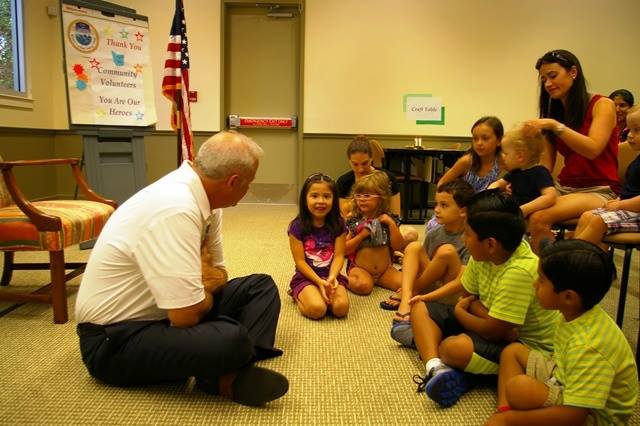 Mayor Mel Ponder reads to the kids
